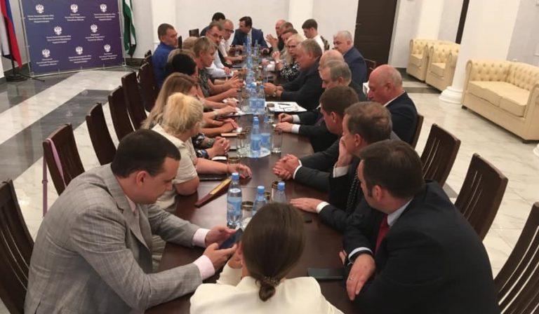 В посольстве прошла встреча членов Госдумы и Совфеда с российскими соотечественниками