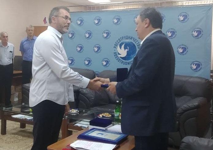 Русский дом в Сухуме наградил председателя КСОРС Абхазии почетным знаком «За дружбу и сотрудничество»